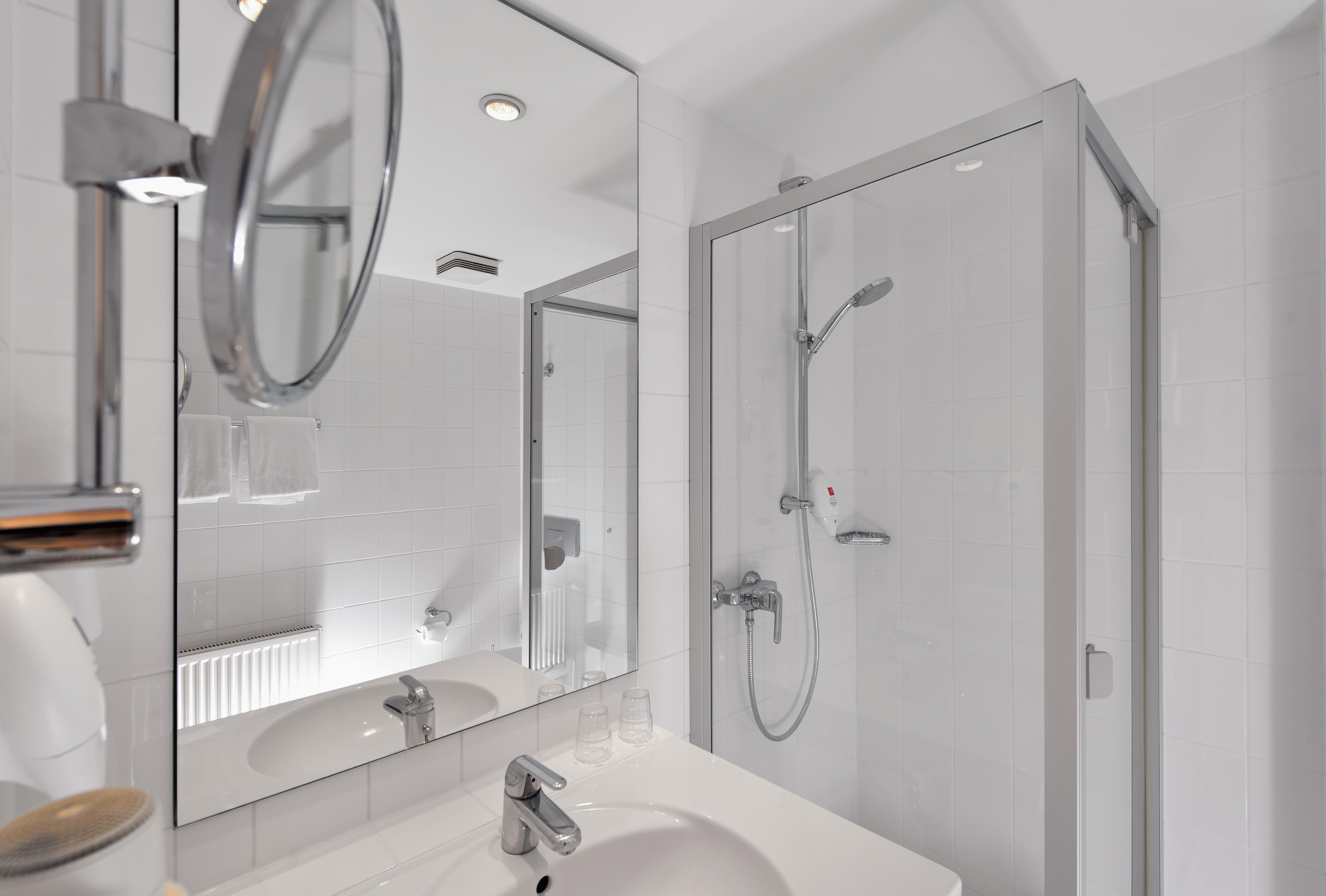 ... Hotelzimmer Potsdam Sanssouci Badezimmer Bathroom Wyndham Garden Potsdam  Hotel Sanssouci Park | © Wyndham Garden Potsdam ...
